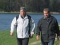 Prezes i Burmistrz planują budowę kładki na strumieniu leśnym