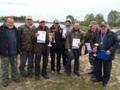 Zwycięzcy Spławikowych Mistrzostw Koła  wspólnie z sędzią i  uczestnikami zawodów. Gratulujemy Mistrzom!