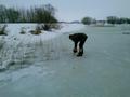 Wycinanie kolejnego otworu w lodzie na zbiorniku Terebela.