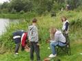 Już zrobiło się gwarno na brzegach… Nadciągają rodziny oraz wolontariusze koła PZW w Żerkowie z wszelką radą i pomocą.