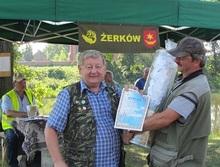 Puchar był tak duży że Prezes Nowicki przytrzymał dyplom zwycięzcy z prawej zdobywca pierwszego miejsca Wojciech Waszak