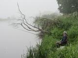 Widok z pierwszej godziny łowienia – mgła… Na zdjęciu Krzysztof Kolanowski na stanowisku.