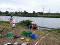 Marcin z rodziną razem przygotowują się do ważenia ryb