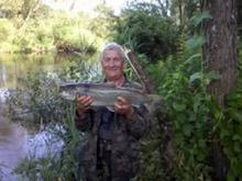 kolega Włodek Grzybicki z 35 kg trocią złowioną w Parsęcie na odcinku przepływającym przez łąki daszewskie