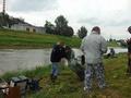 Kolega Tadeusz Karaszkiewicz uczestnik Zawodów Sędziów Wędkarskich Rejonu VI Okręgu PZW Katowice, które odbyły się w Raciborzu na łowisku Nr 033 rzeka Odra w dniu 16 lipca 2016 r., idzie z złowionymi rybami do ważenia