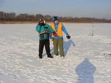 Wędkarze podczas przygotowania stanowisk wędkarskich na lodzie