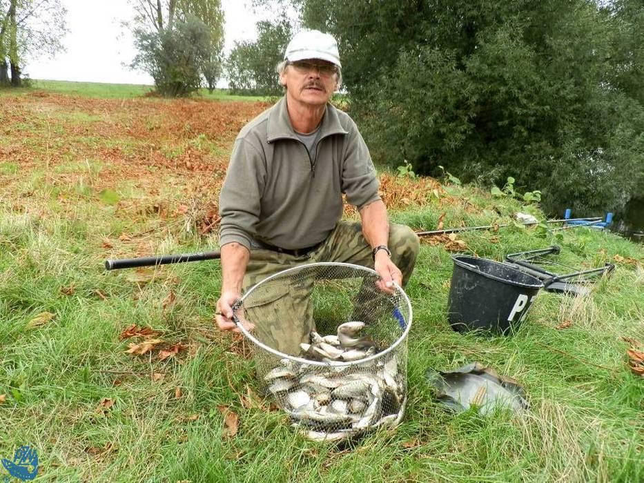 Eugeniusz Kajstura prezentuje złowione ryby podczas III Spławikowych Mistrzostw Raciborza Weteranów 55+<br /><i>autor: Maciej Kajstura</i>