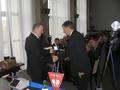 Dyrektor Biura ZO PZW w Chełmie otrzymuje pamiątkowy medal z rąk Prezesa