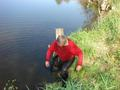 Rywalizacja się zaostrzyła, wędkarze sami wskakują do wody. A może kolega, po prostu czuje się ,,jak ryba w wodzie?!