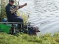 Uczestnik zawodów ze złowioną rybą.