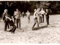 rzut na odległość ciężarkiem 7,5 grama w wykonaniu Jerzego Żelichowskiego w czasie zawodów na stadionie leśnym w Kielcach. Lata 60-te.