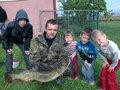 Rekordowy Szczupak Macieja Bochniaka z Kowalewa złapany na żywca w zalewie Roszków 92 cm i 5,10 kg.