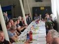 Zaproszeni goście i uczestnicy zawodów zajęli miejsca w sali.