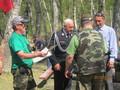 Nagrodę z rąk burmistrza Michała Deptucha odbiera kol. J. Sywulski