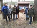 Ekipa naprawcza mostków wędkarskich i sprząta linii brzegowej jeziora Dąbie Małe
