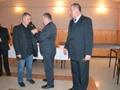 Sekretarz Zarządu Okręgu PZW w Katowicach Mirosław Winiarski wręcz Srebrną Odznakę PZW dla Wiceprezesa ds Sportu Adama Nowaka