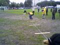 Przygotowania rzutni do Skishu na boisku Gminnego Klubu Piłkarskiego Warszawa-Targówek