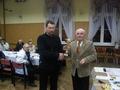 kol. Andrzej Wołowski odbiera puchar za zdobycie tytułu Wędkarza Roku 2009 Koła PZW Wąsosz - w tle niektórzy już chyba myślą o nadchodzących świętach :-)